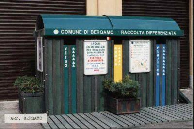 Contenitore di cassonetti per la raccolta differenziata realizzata in doghe di materiale riciclata da RSU (rifiuti solidi urbani) commercializzati dalla nostra Ditta